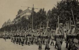 Le 222e revenant d'une prise d'arme, 1916.