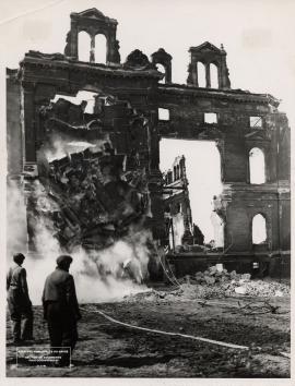 Le troisième hôtel de ville en ruine, 1944-45.