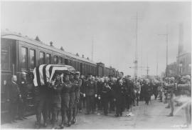 Arrivée en gare du Havre du cercueil du Soldat Inconnu américain